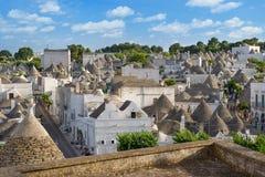 Opinión superior sobre la ciudad de Alberobello en Puglia, Italia Imágenes de archivo libres de regalías