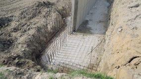 Opinión superior sobre la fundación hundida de la pared Refuerzo del hierro que actúa de la ranura del cemento de la fundación almacen de video