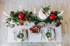 Opinión superior sobre la tabla adornada para una cena acogedora de la familia fotografía de archivo
