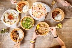 Opinión superior sobre la tabla por completo de comidas asiáticas fotografía de archivo libre de regalías