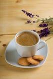 Opinión superior sobre la taza de café en el platillo blanco Fotografía de archivo