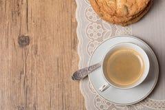 Opinión superior sobre la taza de café y de placa con las galletas Imagen de archivo