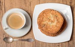 Opinión superior sobre la taza de café y de placa con las galletas Imagenes de archivo