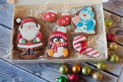 Opinión superior sobre las diversas galletas del pan de jengibre de la Navidad en caja Imagenes de archivo