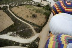 Opinión superior sobre los globos que se preparan para el vuelo Imágenes de archivo libres de regalías