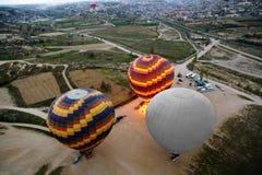 Opinión superior sobre los globos que se preparan para el vuelo Imagenes de archivo