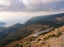 Opinión superior sobre serpentina con opiniones del mar sobre la isla de Kefalonia en el mar jónico en Grecia foto de archivo libre de regalías