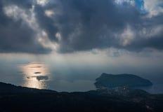 Opinión superior sobre serpentina con opiniones del mar sobre la isla de Kefalonia en el mar jónico en Grecia fotografía de archivo