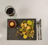Opinión superior sobre un pollo tailandés con el arroz basmati, salsa del coco en b Foto de archivo