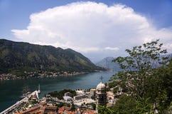 Opinión superior sobre una bahía y las montañas de la ciudad con una nube blanca grande Foto de archivo
