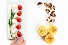 Opinión superior sobre verduras frescas y espaguetis en aislado en blanco fotos de archivo libres de regalías