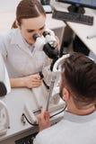 Opinión superior un óptico femenino que examina a su paciente Imagen de archivo