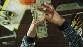 Opinión superior un individuo que recoge el dinero almacen de metraje de vídeo