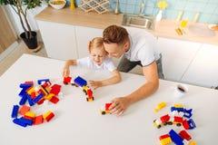 Opinión superior un padre que cuida feliz que juega con su hija Fotos de archivo libres de regalías