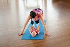 Opinión superior una mamá de los deportes con un bebé en una manta imagen de archivo