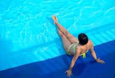 Opinión superior una mujer cerca de la piscina en verano Foto de archivo libre de regalías