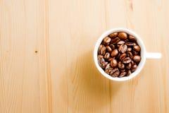 Opinión superior una taza de granos de café con el espacio para el texto Fotos de archivo