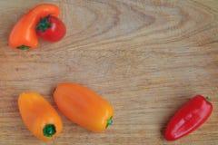 Opinión superior verduras en un tablero de madera Imágenes de archivo libres de regalías