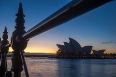 Opinión Sydney Opera House con la cerca del hierro en la mañana hermosa Foto de archivo
