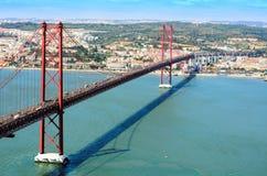 Opinión 25ta April Bridge en Lisboa Fotos de archivo libres de regalías