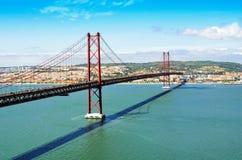 Opinión 25ta April Bridge en Lisboa Fotografía de archivo