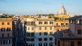 Opinión temprana de la puesta del sol sobre Roma con la bóveda y la plaza di Spagna, Italia de San Carlo al Corso Imágenes de archivo libres de regalías
