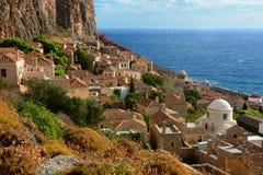 Opinión tradicional del monemvasia de Grecia de las casas de piedra con el fondo del mar imagenes de archivo