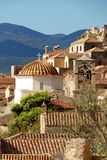 Opinión tradicional del monemvasia de Grecia de las casas de piedra con el fondo del mar fotos de archivo