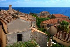 Opinión tradicional del monemvasia de Grecia de las casas de piedra con el fondo del mar fotografía de archivo libre de regalías