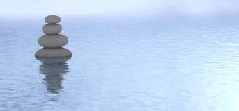 Opinión tranquila de piedra apilada del agua