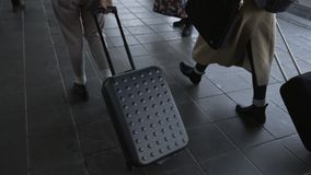 Opini?n trasera del primer las muchachas jovenes de los viajeros que caminan al aire libre con los bolsos del viaje metrajes