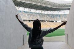 Opinión trasera el adolescente afroamericano del baile que va al estadio del deporte Imágenes de archivo libres de regalías