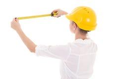 Opinión trasera el arquitecto de la mujer de negocios en el casco amarillo w del constructor fotos de archivo libres de regalías
