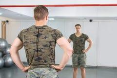 Opinión trasera el hombre confiado y masculino en el gimnasio Fotografía de archivo libre de regalías