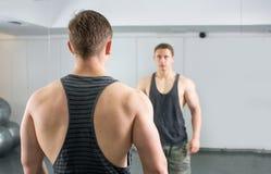 Opinión trasera el hombre confiado y masculino en el gimnasio Fotos de archivo libres de regalías
