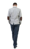 Opinión trasera el hombre de negocios que camina Foto de archivo