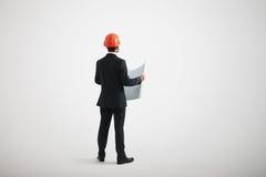 Opinión trasera el hombre derecho en desgaste formal y un casco Imagen de archivo