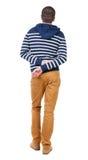 Opinión trasera el hombre hermoso en suéter encapuchado rayado Fotos de archivo libres de regalías