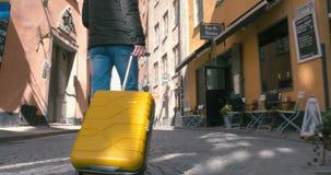 Opinión trasera el hombre que viaja de A que camina con la maleta almacen de metraje de vídeo