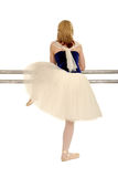 Opinión trasera la bailarina que se reclina sobre la barra Foto de archivo libre de regalías