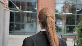 Opinión trasera la empresaria Walking Ouside Office metrajes