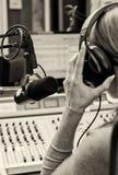Opinión trasera la hembra DJ Imagenes de archivo