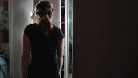 Opinión trasera la muchacha caucásica en vidrios de VR Contraluz almacen de video