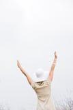 Opinión trasera la mujer con los brazos levantados Imagen de archivo