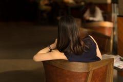 Opinión trasera la mujer de negocios con el pelo hermoso Foto de archivo
