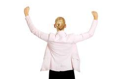 Opinión trasera la mujer de negocios feliz con los brazos para arriba Imagenes de archivo