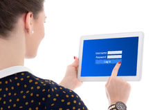 Opinión trasera la mujer de negocios hermosa que usa el correo electrónico en los wi de Internet Foto de archivo libre de regalías