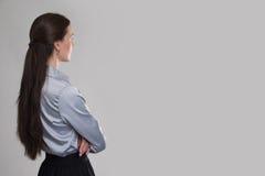 Opinión trasera la mujer de negocios joven que mira el espacio de la copia Fotografía de archivo libre de regalías