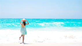 Opinión trasera la mujer en vestido del verano en la playa metrajes