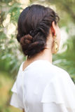 Opinión trasera la mujer joven irreconocible con el pelo moreno en wh imágenes de archivo libres de regalías